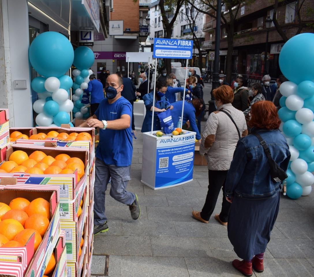 Avanza Fibra regala 4000 kilos de naranjas y limones de Murcia para la apertura de su tienda en Alcorcón